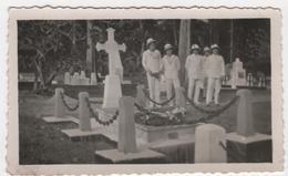 Photo Originale 1933 Marine Marins L'aviso Antares à Sabang Sumatra Cimetière Tombe Carissan Tragédie Mousquet - Boten