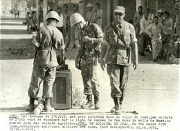 ( EGYPTE )  (ISRAEL  )( MILITAIRES )( SUEZ  )( SOLDATS DE L O N U )  ( EVENEMENTS ) 1973  17.5 X 12.5 - Luoghi