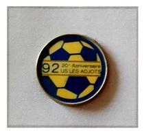 Pin's Ville, Sport  Foot - Ball  1992  20 è  Anniversaire  Club  U.S  LES  ADJOTS  à  TAIZE - AIZIE  ( 16 ) - Football