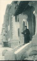 FRIBOURG Pensionnat Jeanne D'Arc Mr L'Abbé HIRN Directeur Devant Un Pavillon (points De Colle Derrière La Carte) - FR Fribourg