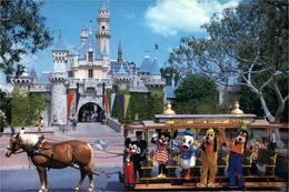 Disneyland Mickey Et Ses Amis Sur Wagonnet  Près Du Château - Disneyland