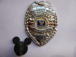 Big Pins Disney Police  Security 4 X 2,8 Cm Neuf - Disney