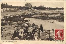 -depts Div.-ref-AE837- Morbihan - Carnac Plage - La Plage - Groupe Assis Dans Les Rochers - Arrière Plan Hotel - - Carnac