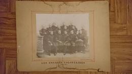 LES ENGAGES VOLONTAIRES 75 EME REGIMENT MARS 1900 ROMANS DROME RUE DE LA GARE - PHOTO BLANCHARD 27 X 22.5 CM SUR CARTON - Guerre, Militaire