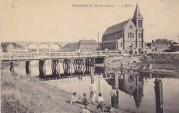 62. WIMEREUX.  CPA . L'EGLISE. ANIMATION AU BORD DE LA RIVIÈRE. - France