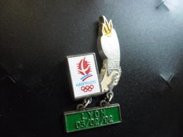 PIN'S J.O JEUX OLYMPIQUES ALBERTVILLE 1992 - Flamme De Passage à LYON Le 3 Février - Attache Presque Cassée @ 36 X 17 Mm - Olympic Games