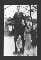 HUMOUR - INSOLITE - LE GÉANT ROBERT WADLOW  8 PIEDS ET 11 POUCES -  PHOTO 1936 AVEC SES FRÈRES ET SOEURS - Humour