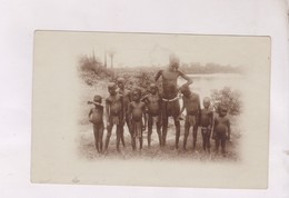 CPA UN GROUPE DE NOIRS EN AFRIQUE - Cartes Postales