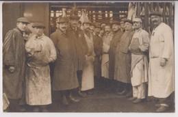 CARTE PHOTO : UN PAVILLON BOUCHERIE DANS DES ABATTOIRS - PARIS ? - 2 SCANS - - Cartes Postales