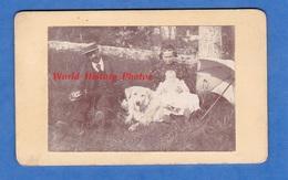 Photo Ancienne CDV Amateur - Beau Portrait De Famille Avec Chien - Homme Femme Enfant Baby Bébé Mode Chapeau - Anciennes (Av. 1900)
