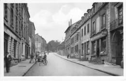 54 - MONT ST MARTIN : Avenue De La Gare ( Animation Commerces ) - CPSM Photo Noir Blanc Format CPA - Meurthe Moselle - Mont Saint Martin