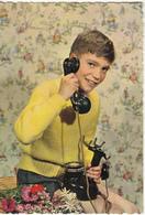 Garçon Avec Un Vieux Téléphone - Escenas & Paisajes