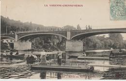 C P A. - LA VARENNE CHENNEVIERES - BORDS DE MARNE AU PONT - ANIMÉE - BARQUES - 253 - - Chennevieres Sur Marne