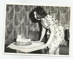 Girl-birthday With Cake Pose For Photo Re254-110 - Personnes Anonymes