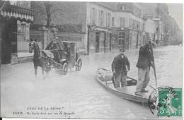 1910 - CRUE DE LA SEINE - PARIS : Un Fiacre Dans Une Rue De Grenelle - Inondations De 1910