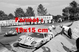 Reproduction D'une Photographie Ancienne D'une Ford GT40 Arrêtée Sur Le Côté Aux 24 Heures Du Mans En 1968 - Reproductions