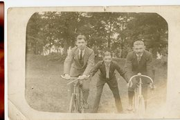 Jeune Homme Men Man Vélo Pose En Equilibre Trio Course Rigolade Humour Bon Temps Friends RPPC Carte Photo 10s 20s - Cyclisme