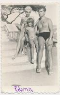 REAL PHOTO, Family On Beach  Bikini Women Man And Kid Girl Femme Hommes Et Fillettes Sur Plage , Photo ORIGINAL - Photographs