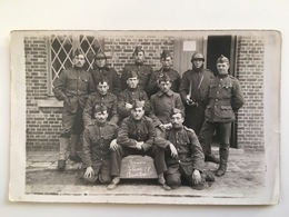 AK Photo Weltkrieg Soldaten Militair Belge België Belgique Casque Adrian Anciens Classe 18 Beverloo Uniform Soldaat Kepi - Guerre 1914-18