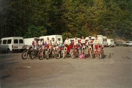 Gruppo Di Motociclisti Con Motocross Pronti Per Una Gara, N. 2 Fotografie - Sport