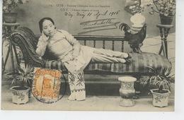 ASIE - CHINE - CHINA - PEKIN - PEKING - TIEN TSIN - CITÉ - Femme Chinoise Dans Sa Chambre - CITY - Chinese Woman At Home - Chine