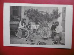 MOTO ANCIENNE EN PANNE MÉCANICIENS A IDENTIFIER CARTE PHOTO - Motos