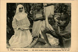 TANGANYIKA - Une Soeur Blanche Soigne Un Indigène Mordu Par Un Lion - Tanzania