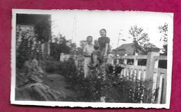 PHOTO 11 X 7 Cm ..FEMME Assisse Sur Clôture..PIN UP - Pin-up