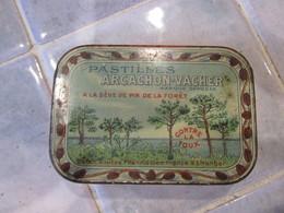 Ancienne-Boite-en-metal-de-Pharmacie-Pastilles-Arcachon-Vacher-a-la-seve-de-pin  Francam Bordeaux - Boîtes/Coffrets
