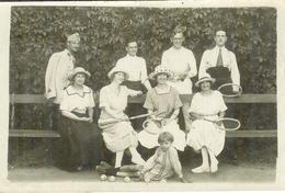 Carte Photo , Ww1 , Soldat En Uniforme Et En Famille Après Partie Tennis , Non Voyagée - Guerre 1914-18