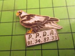 712A Pin's Pins / Rare Et De Belle Qualité / THEME  ANIMAUX / OISEAU AIGLE PPDA Mais Pas Poivre D'Arvor - Animals