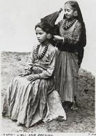 NEPAL  Girls Hair Dressing   Coiffeuse Gros Plan - Népal