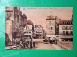 Cpa Colorisée HONFLEUR  Les Quais De La Lieutenance - Belle Animation Avec Devanture Du Grand Café Et Hotel De La Paix - Honfleur