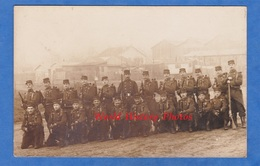 CPA Photo - PARIS ? - Portrait De Soldat Du 28e Régiment D'Infanterie Prés D'un Camp De Bohémiens - Roulotte Tziganes - Cartes Postales