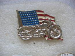 Pin's Double Moule à 2 Attaches, Ancienne Moto (Harley?) Devant Le Drapeau Américain - Motorbikes