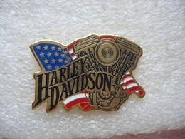 Pin's Moteurs Harley Davidson Devant Le Drapeau US - Motorbikes