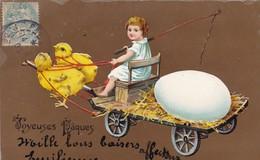 """CARTE FANTAISIE.CPA. """" JOYEUSES PÂQUES"""" .TRANSPORT D'ŒUF. ENFANT SUR UN CHARIOT TIRE PAR DES POUSSINS. ANNEE 1907 - Pâques"""
