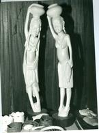 Photo Zaïre Kinshasa. Binza. Atelier De Papa Ndala Sculptures En Ivoire  1988 Photo-service PP. Blancs - Afrique