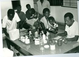 Photo Zaïre Kinshasa. Petits Commerces. La Vente Des Médicaments 1988 Photo-service PP. Blancs - Africa