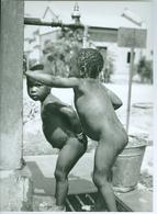 Photo Zaïre Kinshasa. Kisenso. Distribution D'eau D'initiative Privée En Paroisse 1988 Photo-service PP. Blancs - Africa