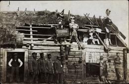 Photo Cp Soldaten In Uniformen Vor Einer Holzhütte, Rotes Kreuz - Militari
