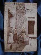 Photoanonyme Format Cabinet - Groupe Trois Personnes Cour De Ferme, Chiens, Poules Circa 1900 L407 - Anciennes (Av. 1900)