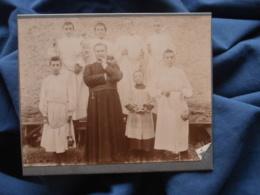 Photo Sur Carton Curé, Prêtre Entouré Des Enfants De Choeur Circa 1900 L407 - Anciennes (Av. 1900)