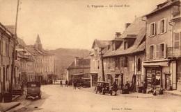 Vigeois  19   La Grand-Rue Tres Animée_Voitures -Epicerie- Tabac Avec Pompe A Essence - France