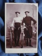 Photo Cabinet P. Verron à St Etienne - Deux Cyclistes, Vélo, Bicyclette Circa 1895-1900 L409 - Anciennes (Av. 1900)