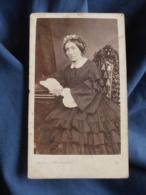 Photo CDV Truchelut à Besancon  Femme Assise  Belle Robe à Volants  Coiffe  Second Empire  CA 1860 - L413 - Photos