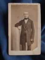 Photo CDV  Burkel Bd Du Temple Paris  Homme Debout En Appui Sur Une Colonne  Second Empire  CA 1865 - L413 - Anciennes (Av. 1900)