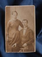 Photo CDV  Daval à Besancon  Couple  Homme Assis  Femme Debout La Main Sur Son épaule CA 1865 - L413 - Anciennes (Av. 1900)