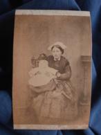 Photo CDV Anonyme - Femme Avec Bébé, Coiffe Régionale, Bretagne, Circa 1865 L412 - Anciennes (Av. 1900)