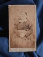 Photo CDV Anonyme - Femme Assise, Folklore, Coiffe Régionale, Bretagne, Second Empire Circa 1865 L412 - Anciennes (Av. 1900)